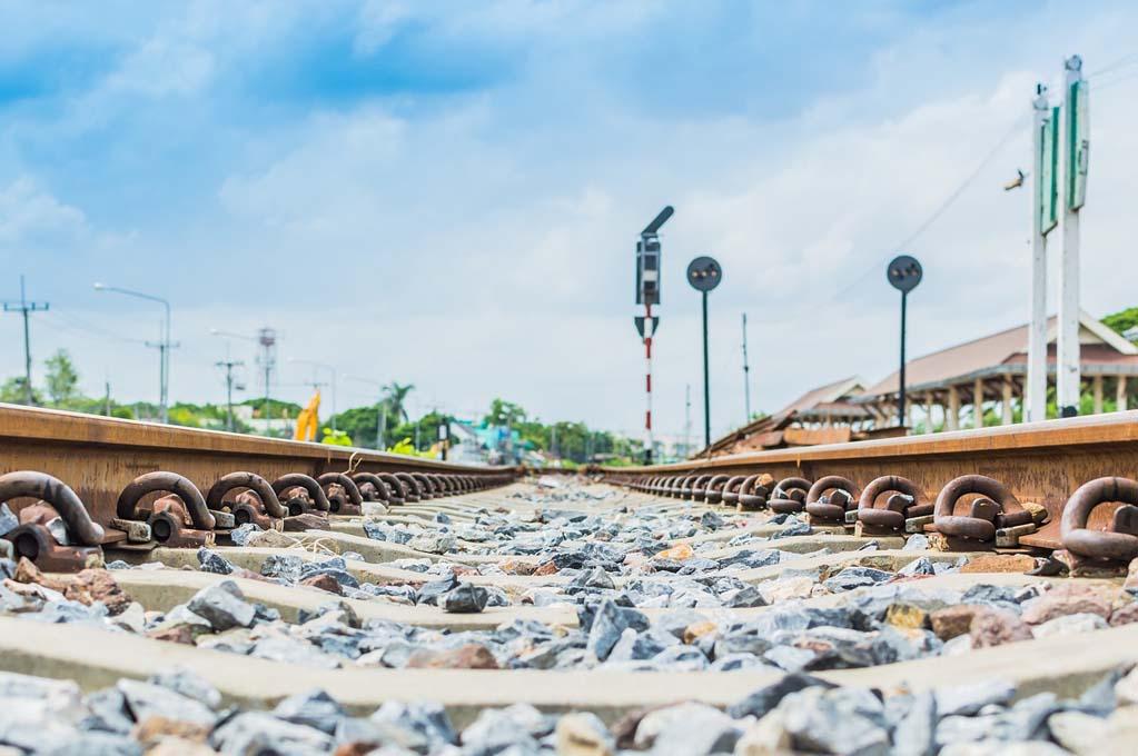 rel kereta api batu kerikil