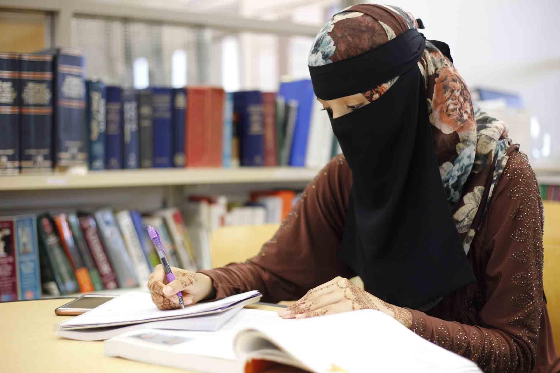 Mahasiswi muslimah menikah kuliah s2